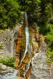 La cascada hermosa de Apa Spanzurata en la garganta de Latoritei Fotos de archivo libres de regalías