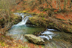 La cascada hermosa sale de un río de la bobina Fotos de archivo libres de regalías
