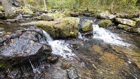 La cascada a lo largo de Collins Creek en Herber salta Arkansas Fotos de archivo