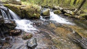 La cascada a lo largo de Collins Creek en Herber salta Arkansas Imagen de archivo
