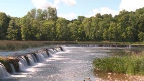 La cascada más ancha de Europa en Letonia Kuldiga almacen de metraje de vídeo