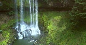 La cascada potente fluye hacia abajo en piedras en el río almacen de video