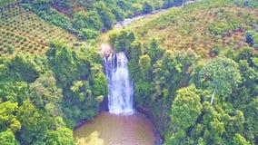 La cascada superior de la visión corre al lago entre las cuestas montañosas verdes almacen de video