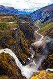 La cascada Voringfossen y el río que atraviesa el Gor Imagen de archivo libre de regalías