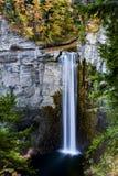 La cascada y el otoño/la caída colorea - las caídas de Taughannock - Nueva York Imagenes de archivo