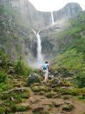 La cascade à écriture ligne par ligne de Mardalsfossen Photos stock