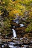 La cascade baignée dans l'automne/automne colore - des automnes de Deckertown - New York images stock