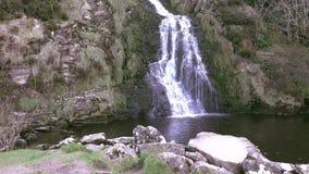 La cascade d'Assaranca dans le comté le Donegal - Irlande banque de vidéos