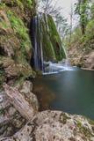 La cascade de Bigar tombe dans des gorges parc national, Roumanie de Beusnita photographie stock