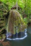 La cascade de Bigar tombe dans des gorges parc national, Roumanie de Nera Beusnita. Photographie stock libre de droits