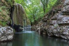 La cascade de Bigar tombe dans des gorges parc national, Roumanie de Nera Beusnita. photo stock