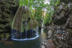 La cascade de Bigar tombe dans des gorges parc national, Roumanie de Nera Beusnita Photo stock