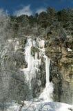 La cascade de glace en montagnes. Image libre de droits