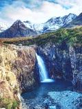 La cascade entre le dièse a exposé les roches, les piscines de fée sur l'île de Skye Image libre de droits