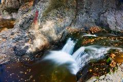 La cascade et l'eau en automne scénique photo stock