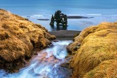 La cascade et le Hvitserkur est roche spectaculaire en mer sur la côte du nord de l'Islande Images libres de droits