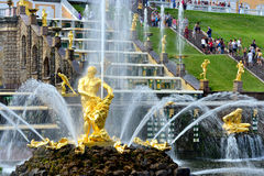 La cascade, le palais et le Samson Fountain grands dans Peterhof, Photo libre de droits