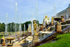 La cascade, le palais et le Samson Fountain grands dans Peterhof, Photo stock