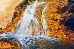 La cascade sur la roche Photographie stock