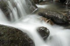 La cascade tombe avec des roches Photos libres de droits