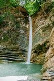La cascata è circondata dalle rocce di estate Fotografie Stock Libere da Diritti
