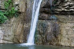La cascata cade nel primo piano del lago Fotografie Stock