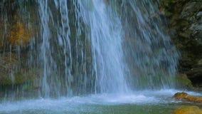La cascata crea spruzza sulla superficie regolare del fiume archivi video