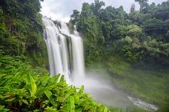 La cascata e l'arcobaleno dello gneuang di Tad in pioggia condiscono Fotografia Stock Libera da Diritti
