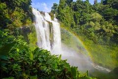 La cascata e l'arcobaleno dello gneuang di Tad in pioggia condiscono Fotografie Stock Libere da Diritti