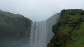 La cascata imponente di Seljalandsfoss in Islanda stock footage