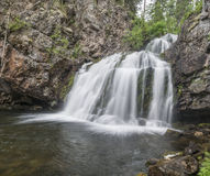 La cascata Myantyukoski, tre punti lapida la cascata in Carelia Fotografia Stock Libera da Diritti