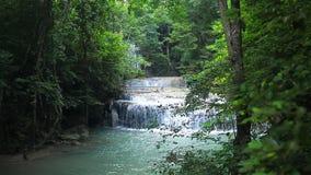 La cascata nomina il Livello 5, parco nazionale, Kanchanaburi Tailandia di Erawan stock footage