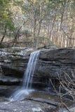La cascata, rocce, alberi, più forrest, alberi, va Fotografia Stock Libera da Diritti