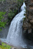 La cascata segue dall'alta scogliera Fotografia Stock