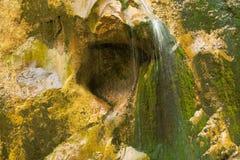 La cascata sopra granito oscilla lo scorrimento dell'acqua veloce fotografie stock