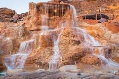 La cascata su roccia rossa nell'Egitto ad estate Immagine Stock