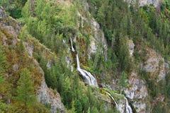 La cascata sul fiume Karasu ha lasciato in valle del fiume di Chulyshman Repubblica di Altai La Russia Immagine Stock