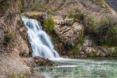 La cascata vicino al villaggio di Belovo nella regione di Novosibirsk Fotografie Stock