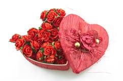 La casella rossa del cuore con è aumentato Fotografie Stock