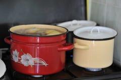 La casserole avec le bouillon fermentent au-dessus de la fraise-mère Photos stock