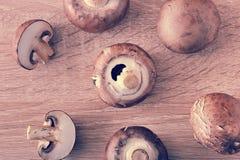 La castaña marrón cruda fresca prolifera rápidamente entero en fondo de madera Imagen de archivo libre de regalías