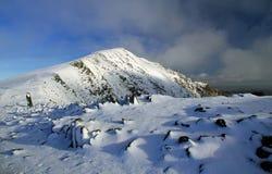 La Castella-y-Ddysgl nebbiosa ha impolverato con neve Fotografia Stock