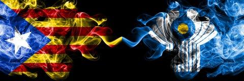 La Catalogne contre des drapeaux de fumée de Commonwealth placés côte à côte Drapeaux soyeux colorés épais de fumée de la Catalog illustration stock