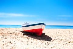 La Catalogne, Espagne - 24 juillet 2017 : Échouez le sable, la mer et les bateaux à B Photos stock