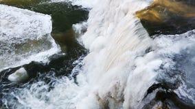 La cataratta superiore congelata cade da sopra il ciclo stock footage