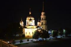 la catedral antigua es iluminada por las linternas Foto de archivo
