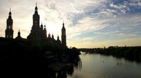 La Catedral-basílica de nuestra señora del pilar en la puesta del sol foto de archivo libre de regalías