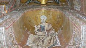 La Catedral-basílica interior de Monreale, es una iglesia de Roman Catholic, efecto meridional de las quemaduras de Sicilia, Ital almacen de video