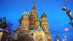 La catedral de la albahaca del santo que sorprende en la Plaza Roja, Moscú, símbolo del país almacen de metraje de vídeo