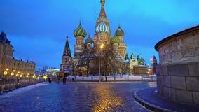 La catedral de la albahaca del santo que sorprende en la Plaza Roja, Moscú, símbolo del país almacen de video